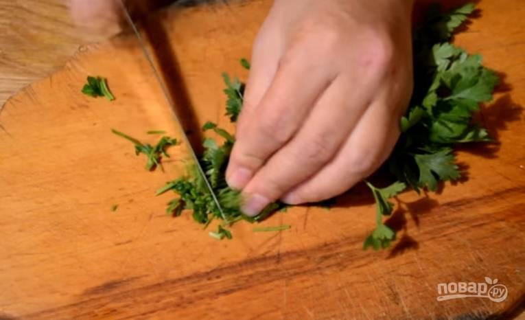 6.Пучок петрушки моем и вытираем, затем измельчаем (можно использовать любую другую зелень). Добавляем петрушку к луку и томатам.