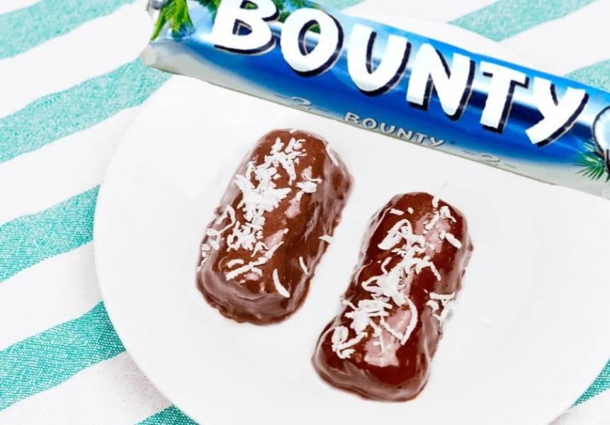 5. Когда глазурь немного застынет, опустите туда готовые батончики. Затем переложите батончики на тарелку и посыпьте кокосовой стружкой. Охладите конфеты в холодильнике. Приятного аппетита!