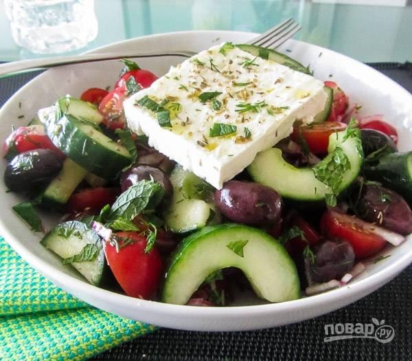 3.В миску выложите все овощи, добавьте оливки и нарезанную мелко зелень. Заправьте салат оливковым маслом и винным уксусом, посолите и поперчите, выложите поверх кусочек сыра, добавьте орегано и подавайте салат сразу же.