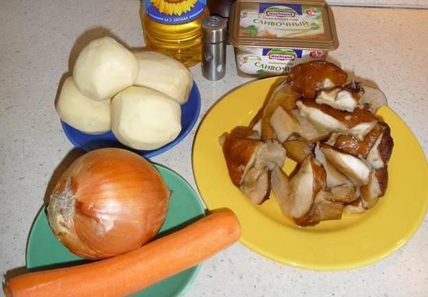 Итак, подготавливаем необходимые ингредиенты, овощи чистим, грибы промываем и нарезаем на небольшие кусочки. Нарезанные грибы опускаем в кипящую воду и варим их полчаса.