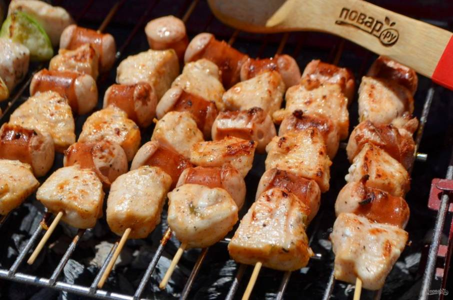 Жарьте на решетке до готовности курицы. Примерное время – 15-20 минут. Периодически переворачивайте шпажки щипцами.