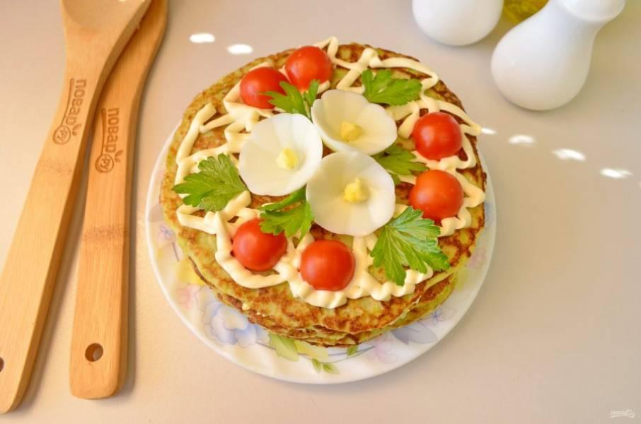 Накройте последним блином тортик, его смазывать кремом не нужно. Полейте майонезом и украсьте зеленью, помидорами, на ваш вкус! Охладите в холодильнике тортик перед подачей к столу. Приятного!