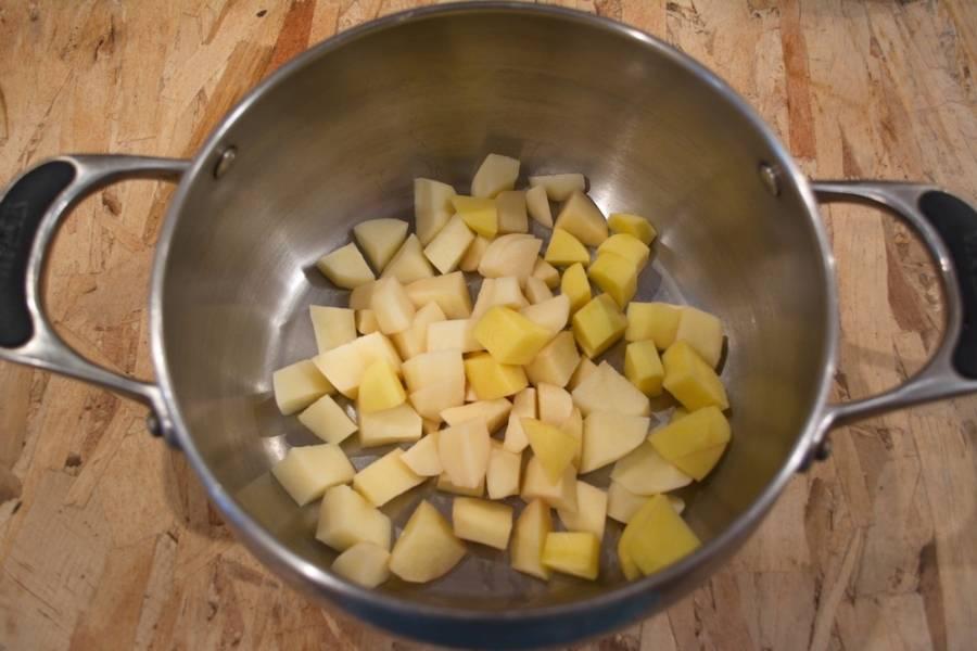 Картофель очистить, нарезать кубиком. Залить кипятком и варить около 10 минут на среднем огне.