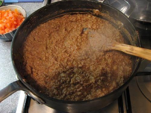 Добавить бобы и приправить солью и перцем по вкусу.