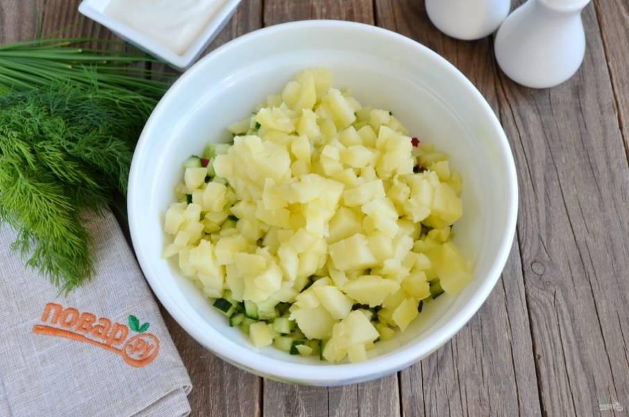 Картофель порежьте кубиками, добавьте к овощам.