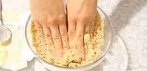 Печенье измельчаем и смешиваем с растопленным сливочным маслом.