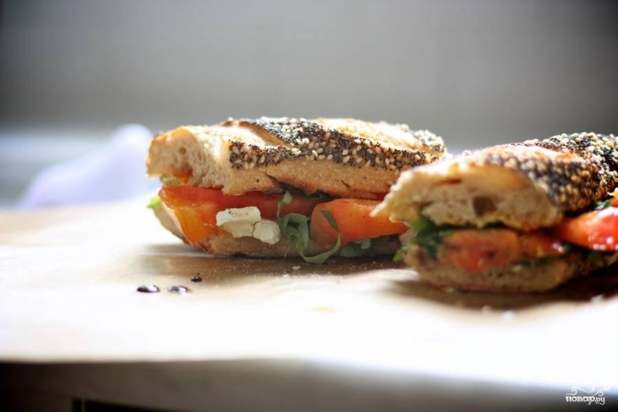 Перед тем, как сложить обе половинки, полейте сторону с овощами оливковым маслом. Ваши сэндвичи с помидорами готовы!