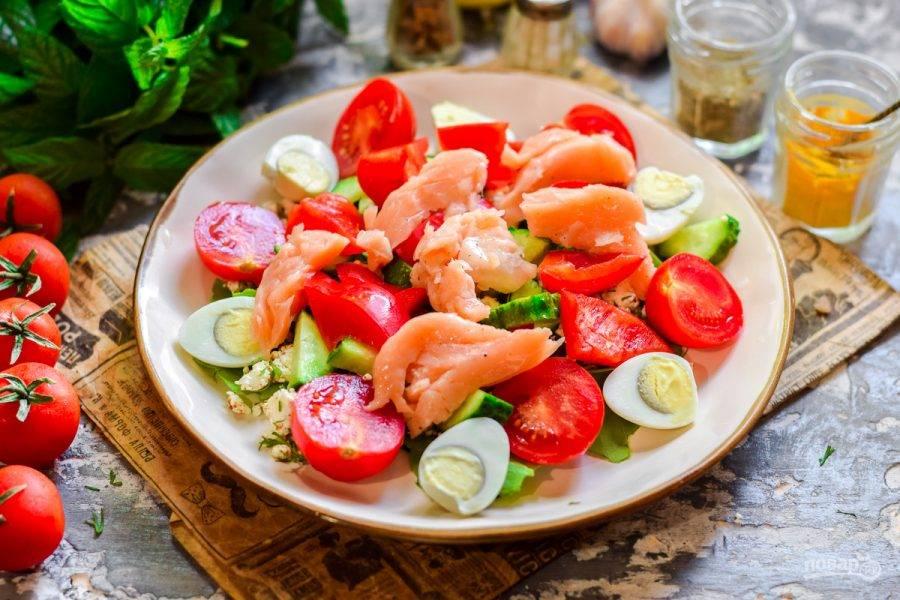 6. Болгарский перец нарежьте крупно и добавьте в тарелку с салатом, поверх разложите кусочки рыбы. Заправьте салат по вкусу и подавайте к столу.