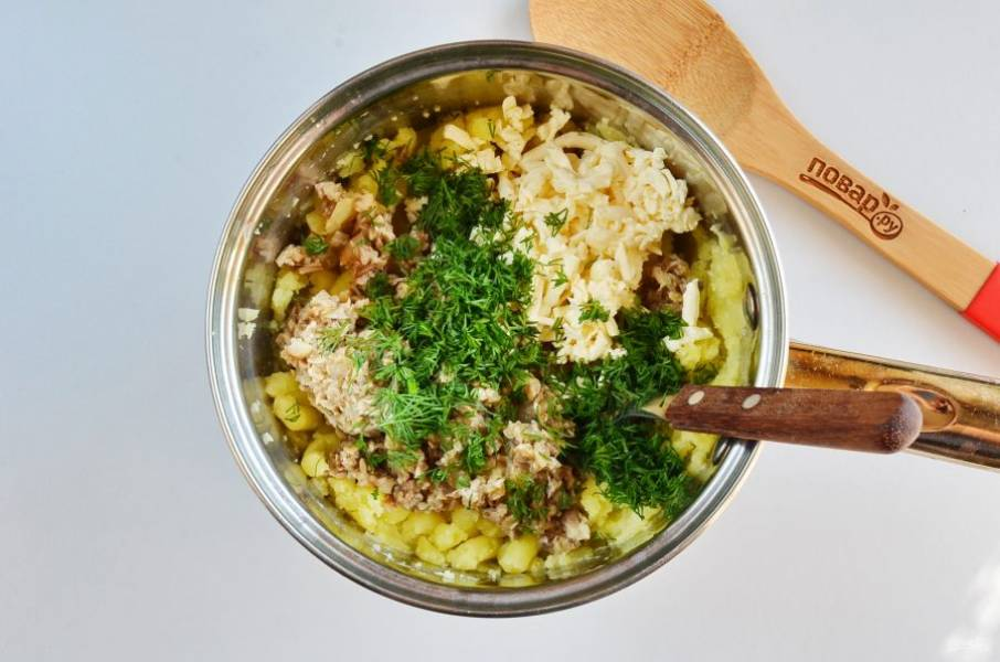 Добавьте измельченные грибы, тертый плавленый сыр, укроп, соль, перец по вкусу.
