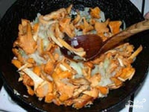 2.Картофель и лук надо вымыть и почистить. Лук нарезать мелкими кусочками. Одну  картофелину натрите на крупной терке. Остальной нарежьте небольшими кубиками.  Сливочное масло разогрейте в сковородке и обжарьте в нем грибы почти до готовности. Добавьте лук и еще немного обжарьте. Положите в сковородку тертый картофель. Обжарьте несколько минут и отложите сковородку с огня.