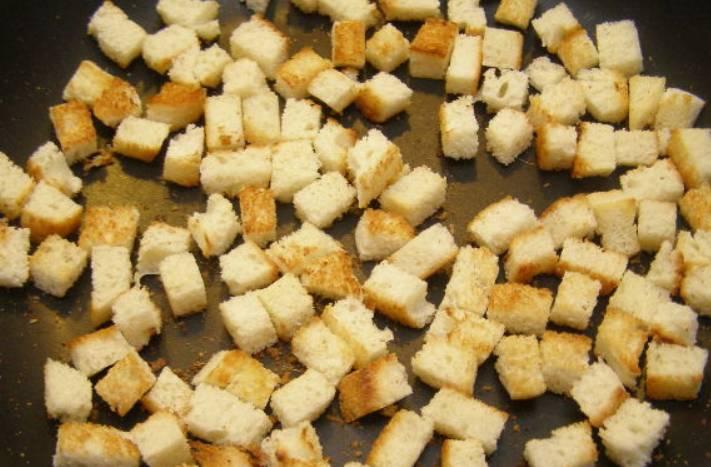 С батона срезаем корочку и нарезаем мякоть кубиками. Подсушиваем батон в духовке или на сухой сковороде, чтобы получились сухарики.