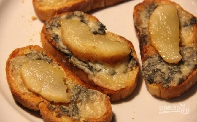 Затем уложите грушу на сыр. Подавайте брускетту в тёплом виде. Приятной дегустации, гурманы!