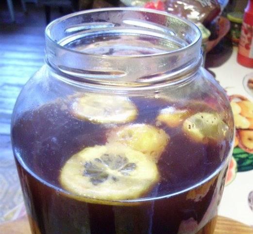 Опять процедите сухари через марлю, всю жидкость слейте в пятилитровую банку, добавьте сахар, дрожжи. Все тщательно перемешайте и оставьте на ночь. По желанию, добавьте лимон.