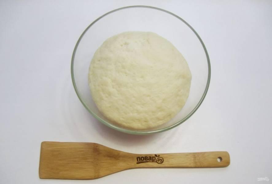Через час-полтора тесто увеличится в объеме и будет готово к работе.