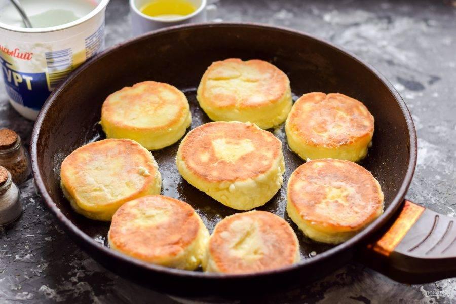 Сковороду разогрейте, смажьте маслом, жарьте сырники с обеих сторон по 3-4 минуты.
