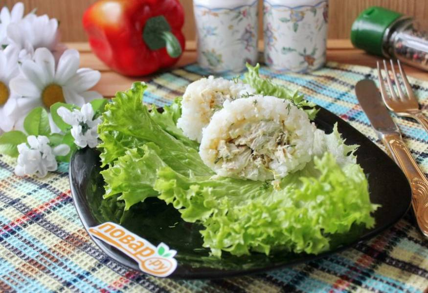 Рисовые шарики с рыбой готовы. Подавайте на закуску.