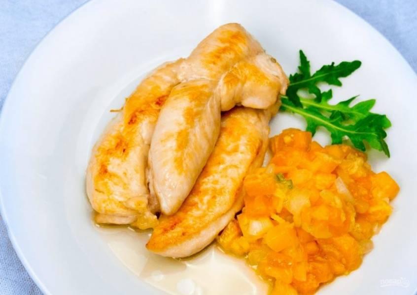 3.  Для подачи обжарьте несколько кусочков куриной грудки до золотистого цвета. Подайте вместе с соусом. Приятного аппетита!