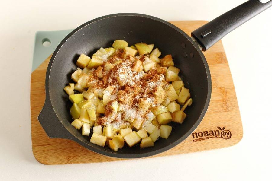 В сковороде растопите кусочек сливочного масла, добавьте нарезанные кубиками яблоки, сахар, корицу и крахмал.