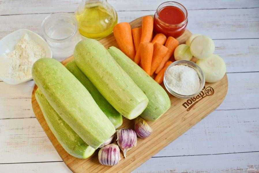 Подготовьте необходимые продукты. Овощи вымойте, очистите. Если кожица у кабачка жесткая, снимите ее, и удалите жесткие семена. Если кабачок молодой, пропустите этот шаг.