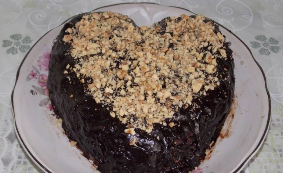 Сверху присыпаем измельченными орехами. Ставим торт на пару часов в холодильник до застывания. Приятного аппетита!