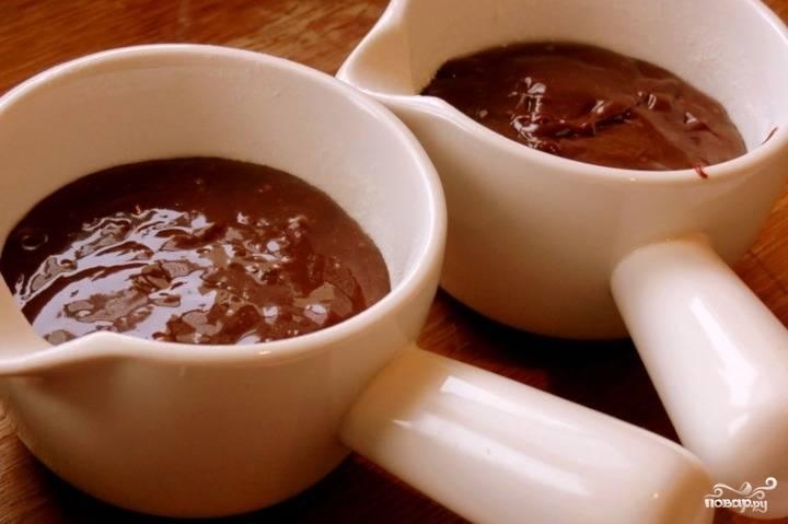 Разлейте полученное тесто в формочки. Запекайте его около 8 минут, чтобы серединка осталась жидкой.