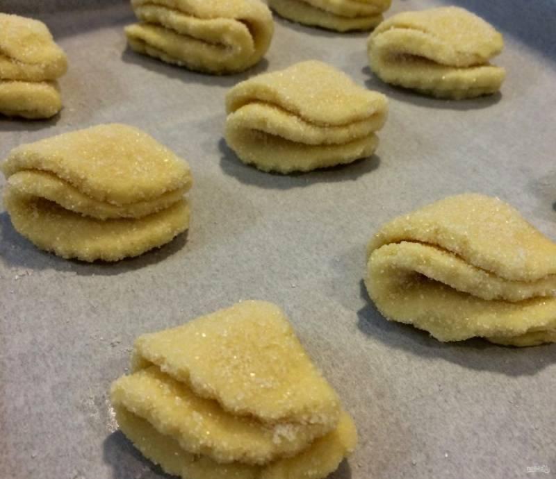 3.Противень застелите пергаментом и выложите на него печенье, отправьте в разогретую до 180 градусов духовку на 15 минут. Печенье готовится очень быстро, смотрите, чтобы не сгорело.