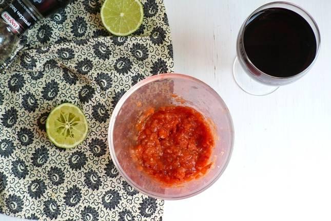 4. Выложите помидоры и добавьте немного водички, в которой они замачивались. Измельчите до однородного пюре.