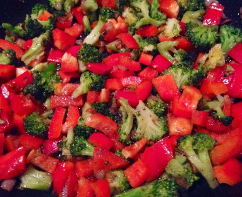 Добавить к овощам нарезанный болгарский перец, обжаривать еще 3 - 4 минуты.
