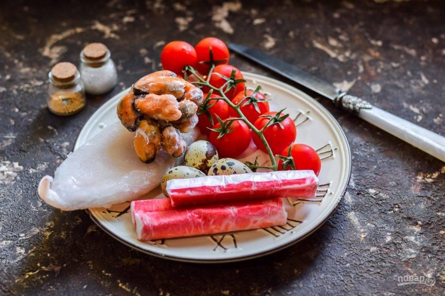 1. Подготовьте все продукты по списку. Замороженные морепродукты заранее достаньте и разморозьте.