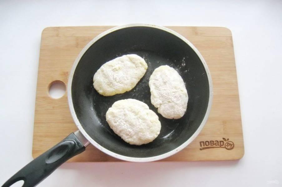 Драники обваляйте в муке и выложите на горячую сковороду с подсолнечным маслом.