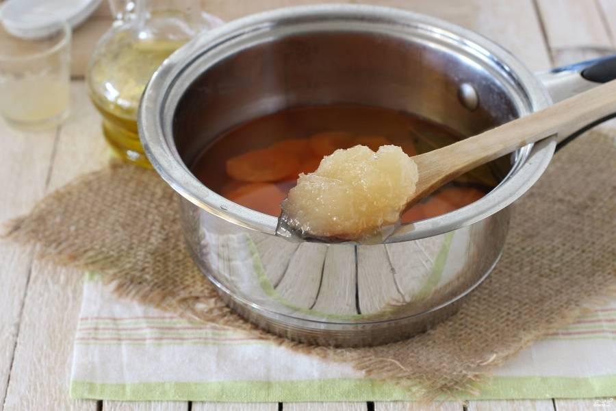 Как прошло 5 минут с повторного закипания маринада, выключите огонь. Когда маринад уже не будет сильно горячим, добавьте в него мед и уксус. Перемешайте хорошенько, чтобы мед полностью растворился.