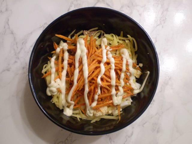 Сложите в салатник печень, яйца, тертый сыр и морковку. Добавьте майонез.