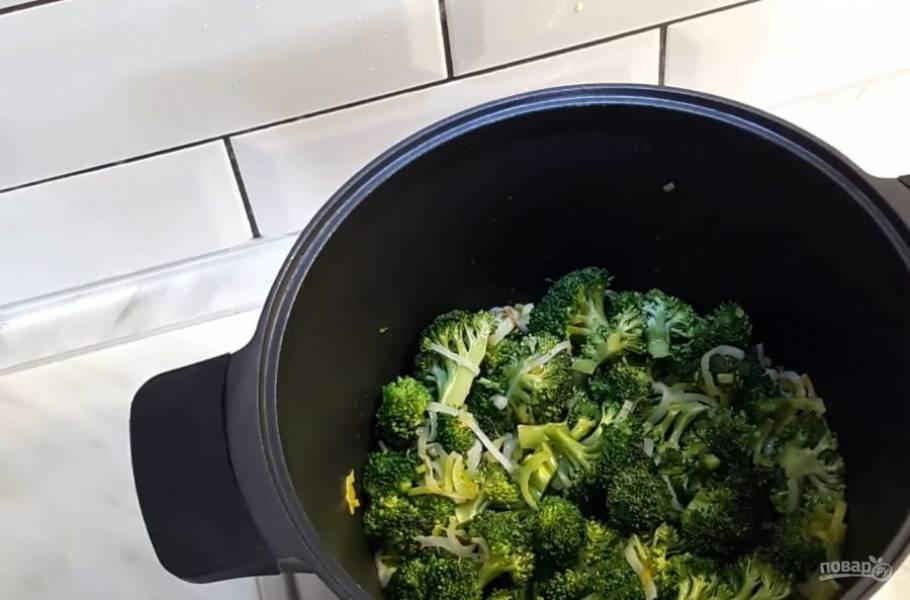 2. На оливковом и сливочном масле обжарьте лук-порей до полупрозрачности. Далее добавьте капусту и, постоянно помешивая, дайте ей немного запечься. Добавьте соль.