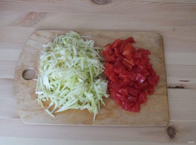 Кабачок натрите на крупной терке. С помидора снимите кожуру и нарежьте кубиком.