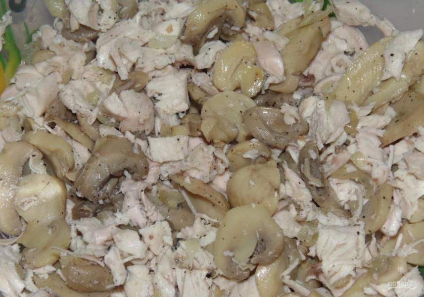 7.Овощи со сковороды добавляю к мясу, все перемешиваю и убираю в сторону.