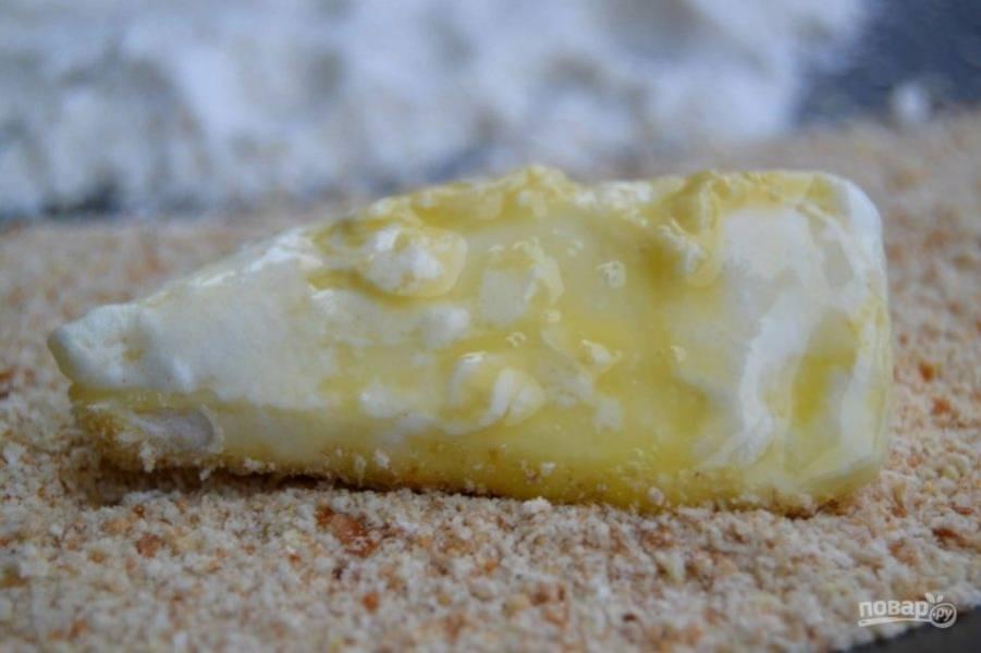 7.В последнюю очередь выложите сыр в панировочные сухари.