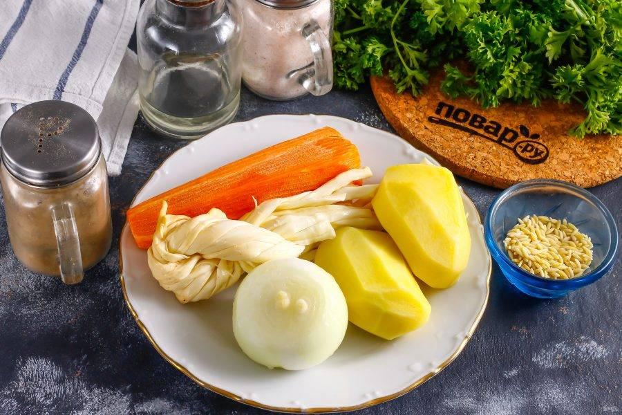 Подготовьте указанные ингредиенты. Очистите все овощи от кожуры и промойте их в воде.