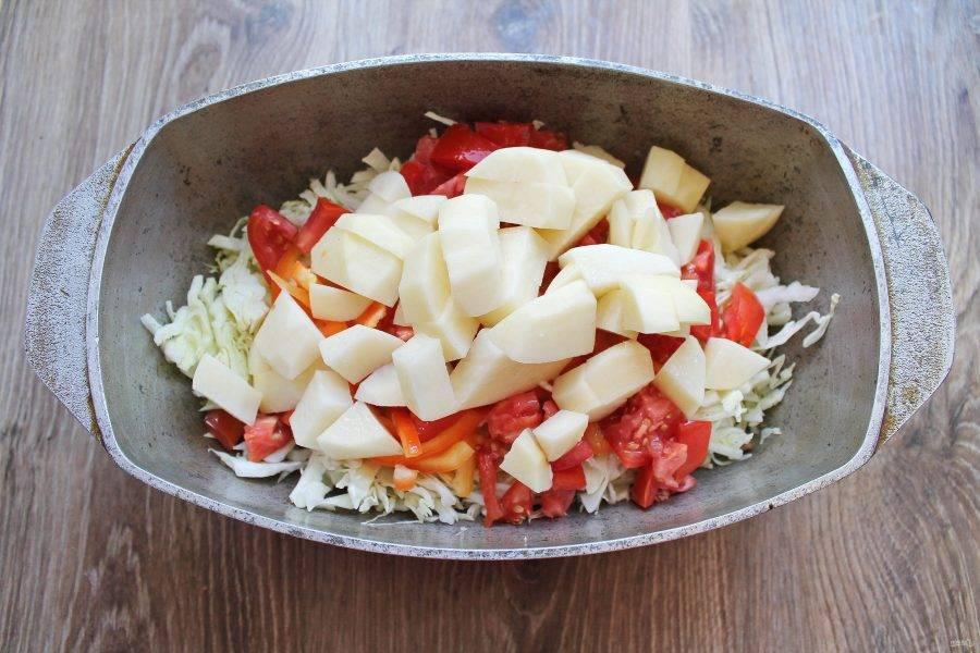 Картофель почистите, сполосните и нарежьте средним кубиком. Выложите его в утятницу с овощами и кроликом.