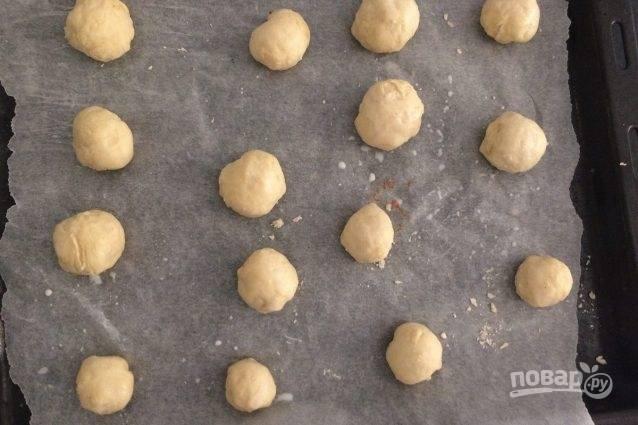 9.Из подошедшего теста сформируйте круглые булочки (весом примерно по 50 г). Смажьте верх булочек молоком и оставьте еще на 20 минут. Выпекайте в предварительно разогретой духовке при температуре 180 градусов в течение 15-20 минут.