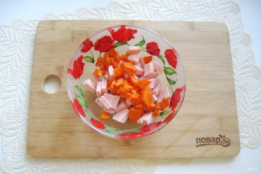 Морковь сварите, охладите, очистите и мелко нарежьте. Добавьте в салат.