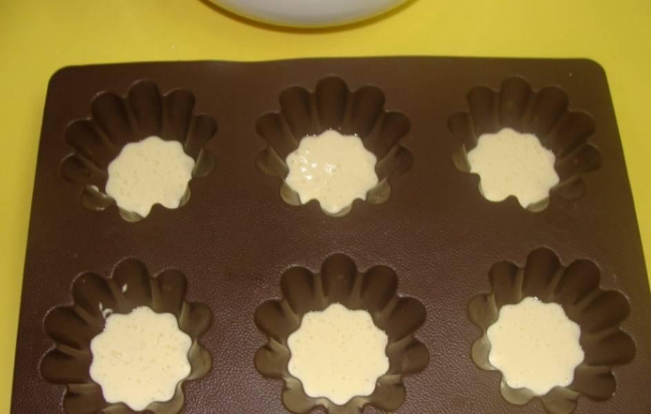 2. Готовую массу разливаем сразу по формочкам (я использую селиконовые фигурные формы) и отправляем в разогретую до 180 градусов духовку.