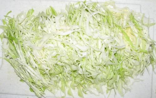 Капусту тонко шинкуем, перетираем руками и добавляем соль и сахар по вкусу.
