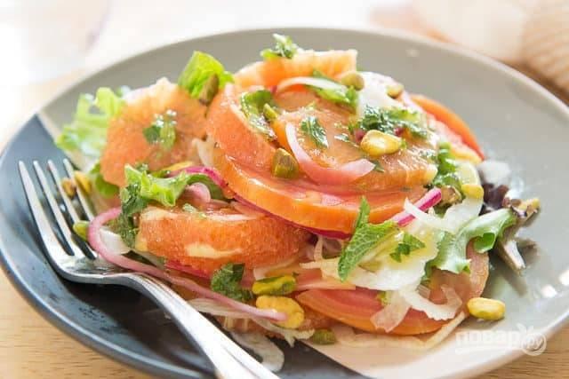 6. Соберите салат сразу по порциям. Выложите все ингредиенты горкой, нарвите латук, а сверху полейте салат заправкой и посыпьте орехами. Приятного аппетита!