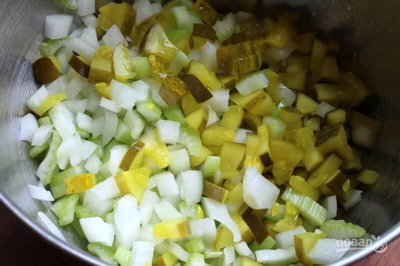 1.Нарежьте мелким кубиком лук, стебель сельдерея, консервированные огурцы небольшого размера. Выложите овощи в миску и перемешайте.