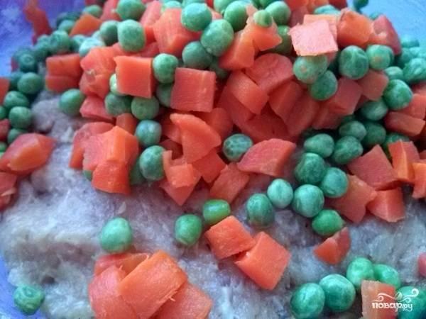 Отварную морковь нарежьте кубиками размером примерно с горошек. Добавьте к фаршу морковь и зеленый горошек. Кстати, овощи можно менять на свой вкус.