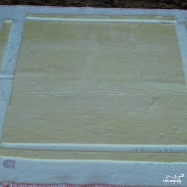 Вот так - у нас получается четырехугольное тесто и 4 обрезанных полоски.
