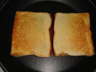 Куски хлеба соединить и обжарить на сковороде или в тостере.