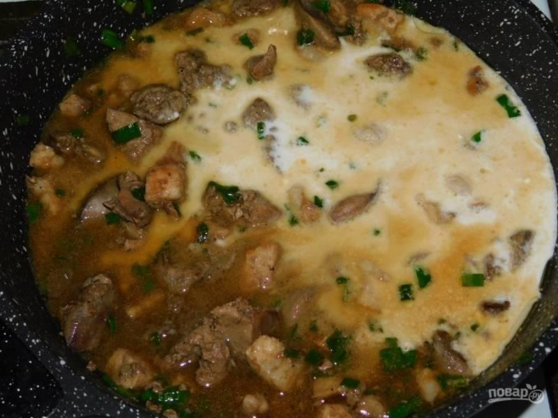 Доведите мясо в соусе до кипения и снимите с огня.