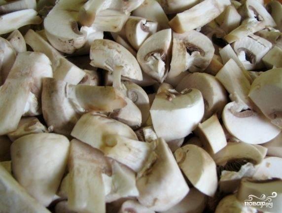 Грибы помойте и разрежьте на четвертинки. 5 грибов отложите для украшения блюда.