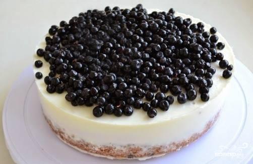 С застывшего торта снимаем бока формы и ленту, перекладываем торт на красивое блюдо и украшаем свежими ягодами черники.
